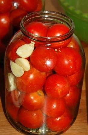 укладываем помидоры для консервирования