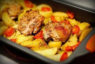 Курица запеченная с картошкой и помидорами