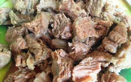 отвариваем и нарезаем мясо