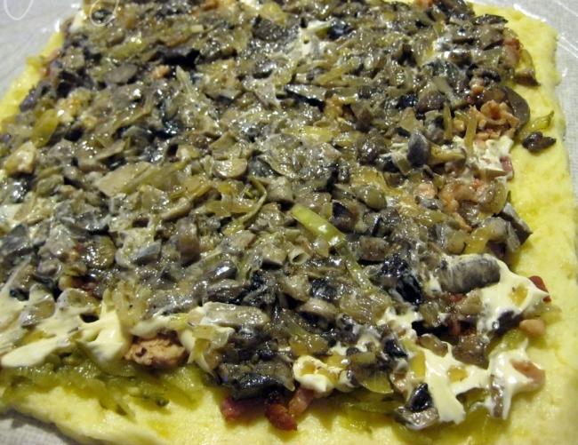 добавляем лук и грибы