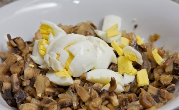 Свиные рулетики с грибами, сыром и яйцом