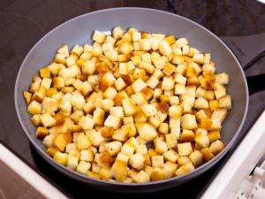 обжариваем сухарики для салата