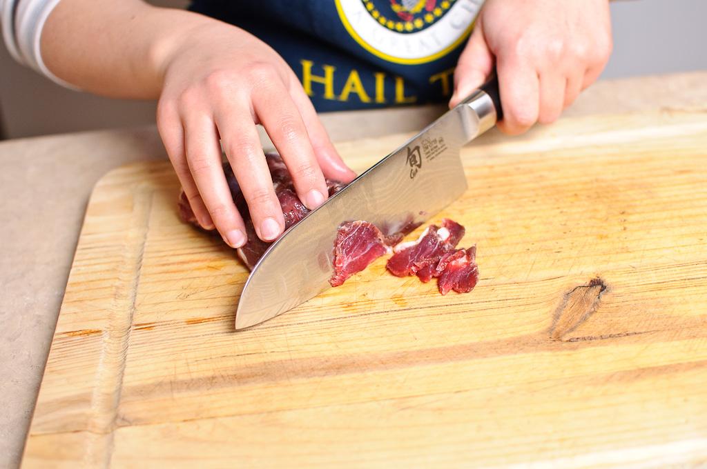 нарезаем мясо для начинки