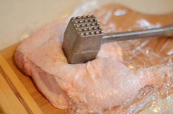 отбиваем куриное мясо