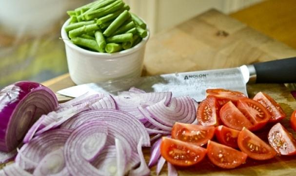 нарезаем фасоль, лук и помидорки